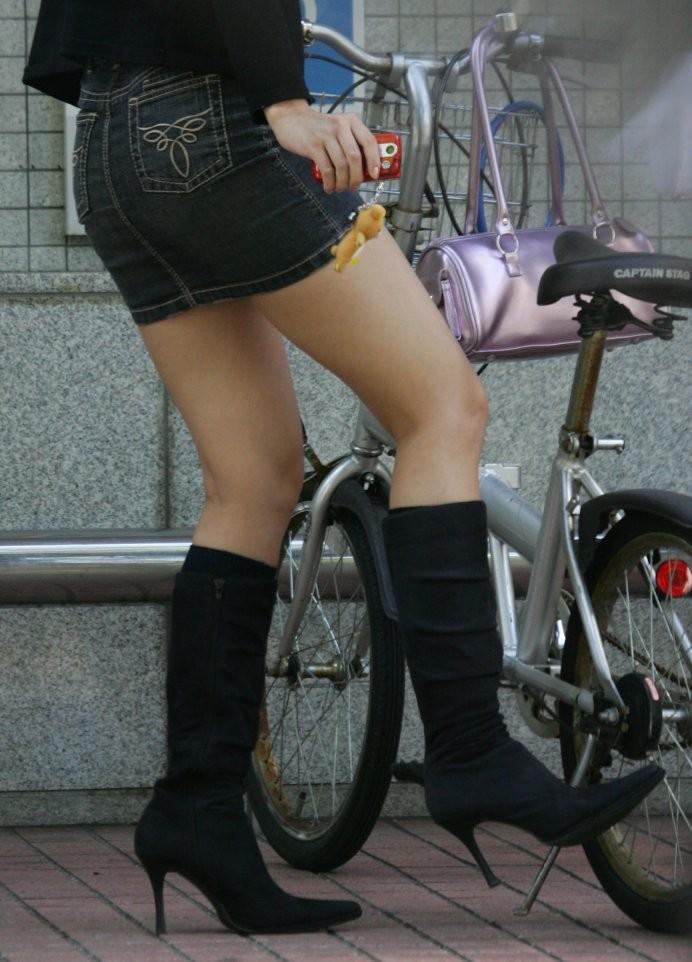 【美脚エロ画像】ペダルを漕ぐ姿が凄くそそる…自転車女子の絶品美脚www 15