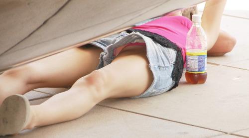 【パンチラエロ画像】ミニなのに…屋外で寝転ぶ無謀な方々の見放題パンツwww 01