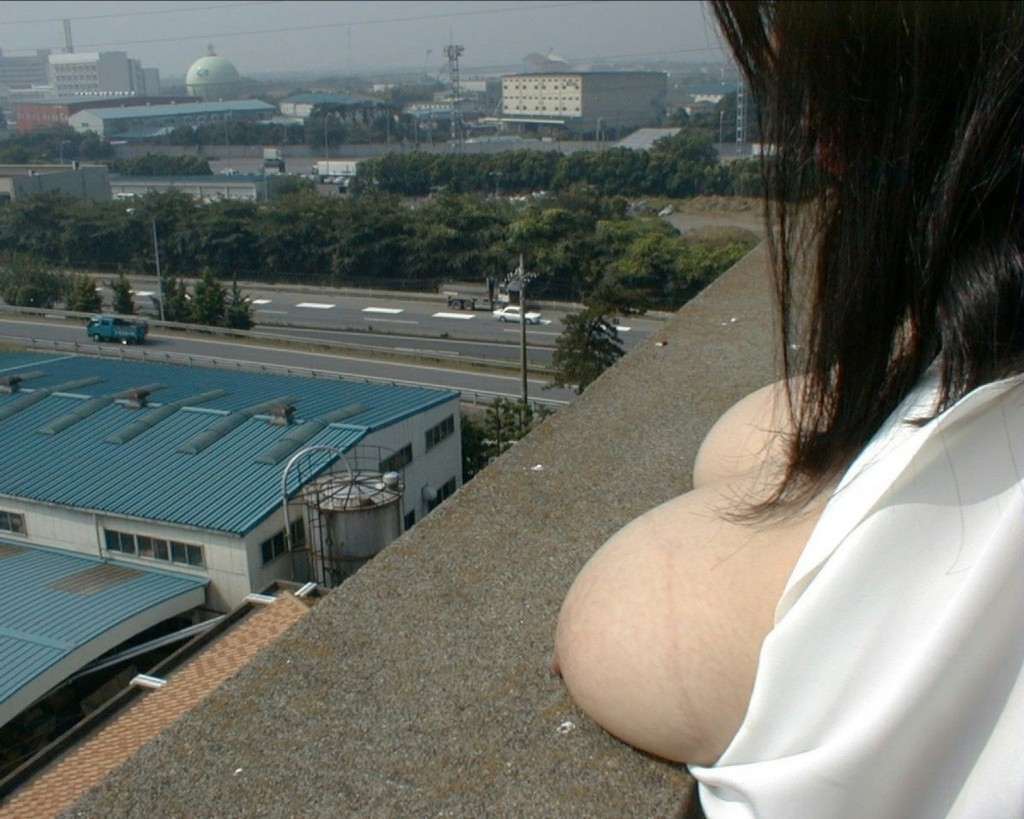 【露出エロ画像】寒さよりも性癖優先!冬でも変態なら可能な野外露出www 05