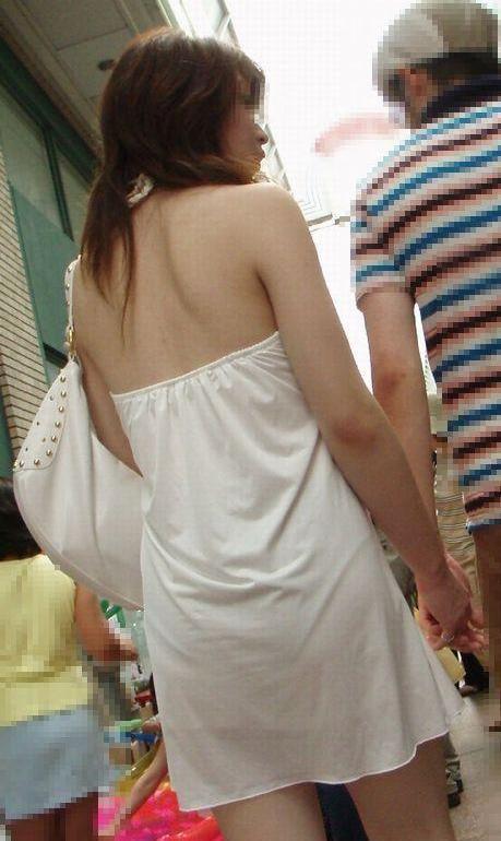 【街撮りエロ画像】ブラはどこ?ノーブラの予感も思わせる背中出し素人www 01