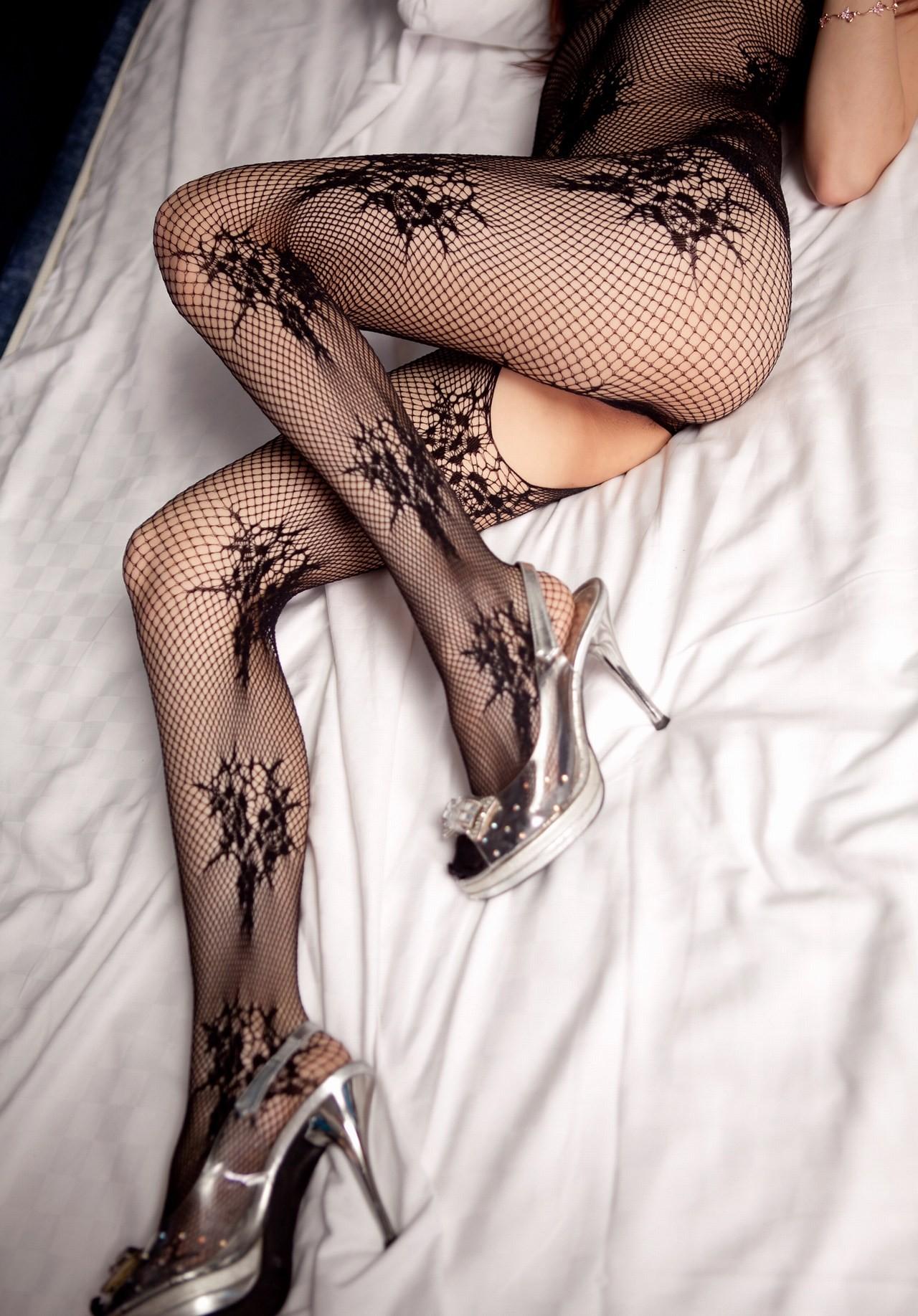 【下着エロ画像】股間は穴開きw行為用でしかない全身網タイツを纏う痴女www 07
