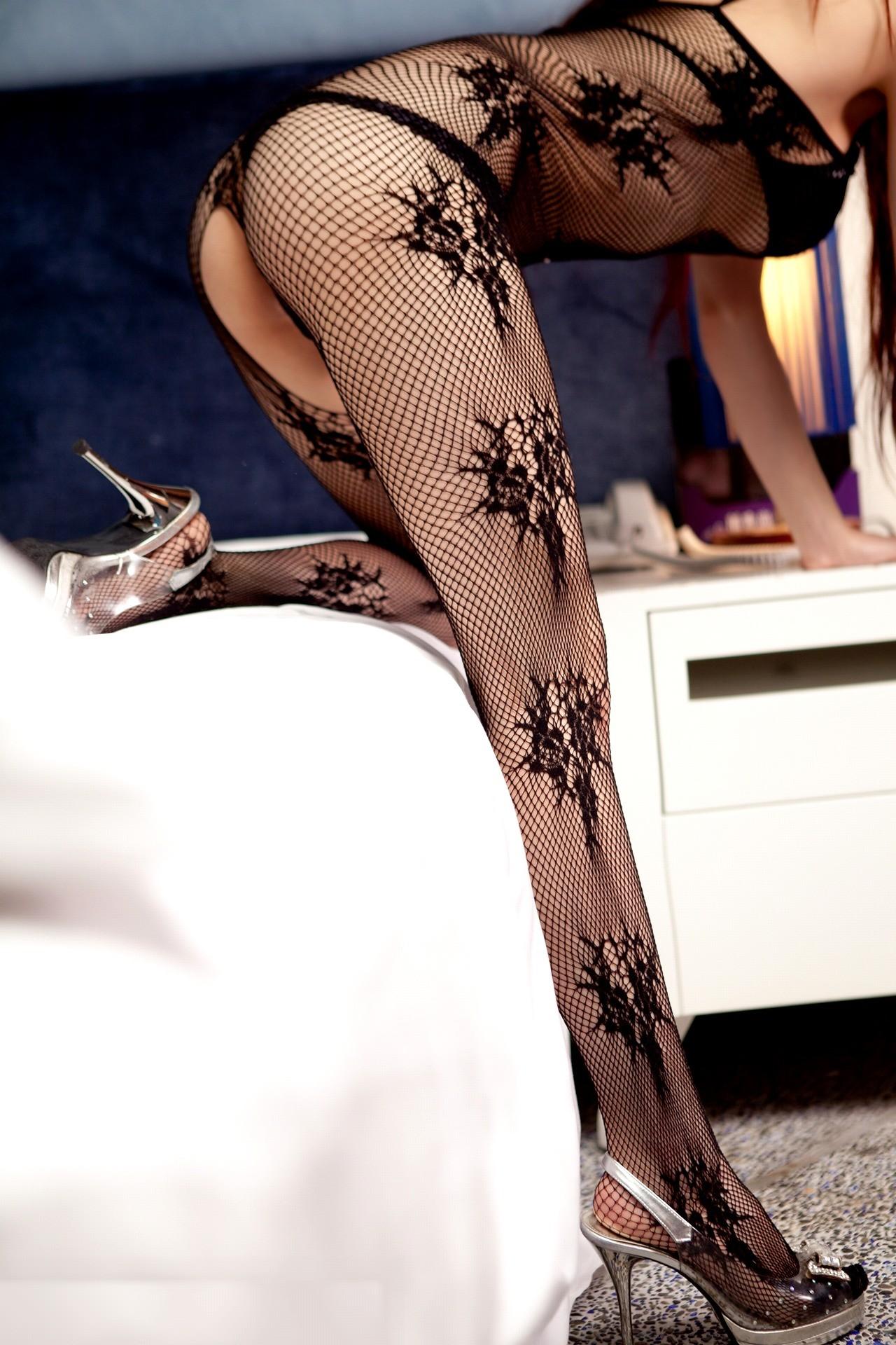 【下着エロ画像】股間は穴開きw行為用でしかない全身網タイツを纏う痴女www 08