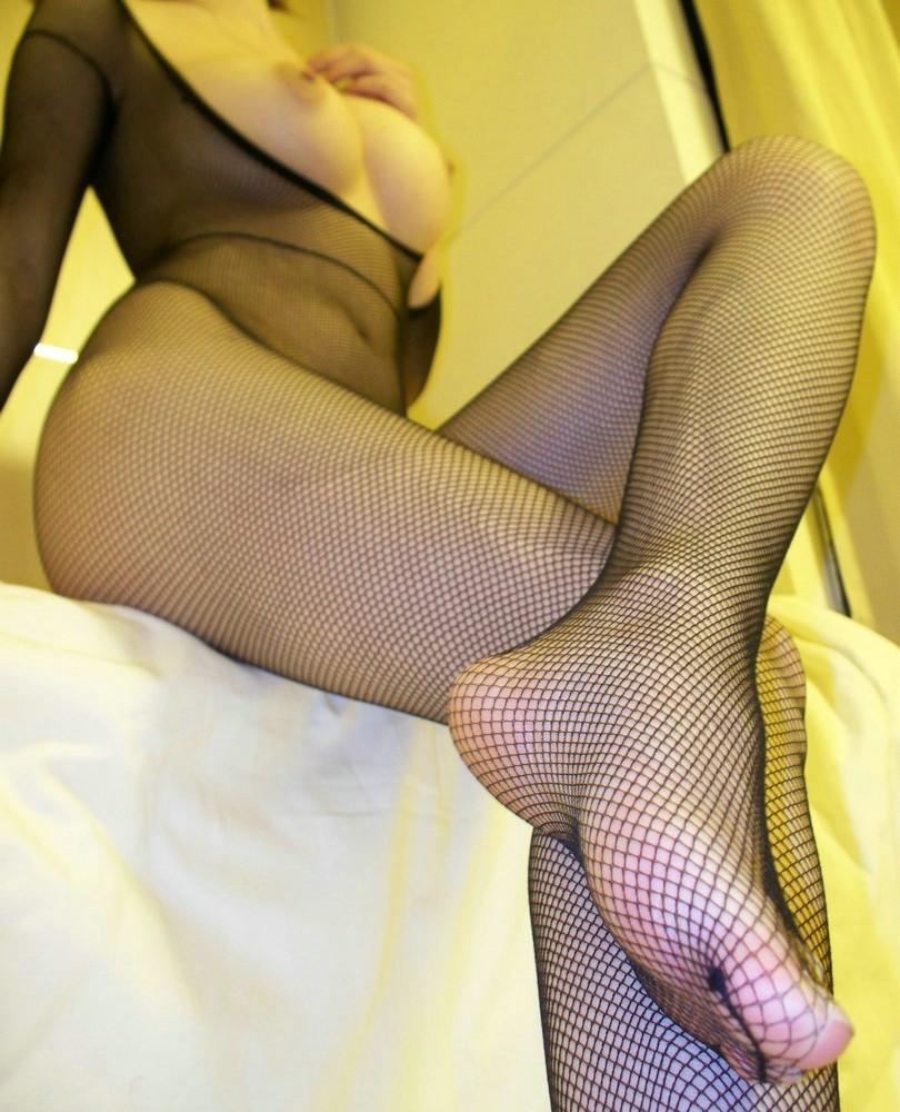 【下着エロ画像】股間は穴開きw行為用でしかない全身網タイツを纏う痴女www 15