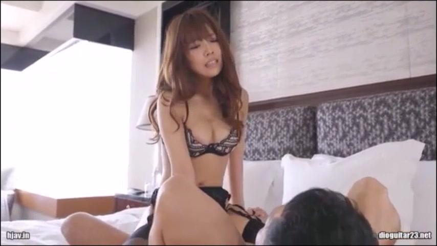 三上悠亜が気持ちよく突かれて息切れセックス!