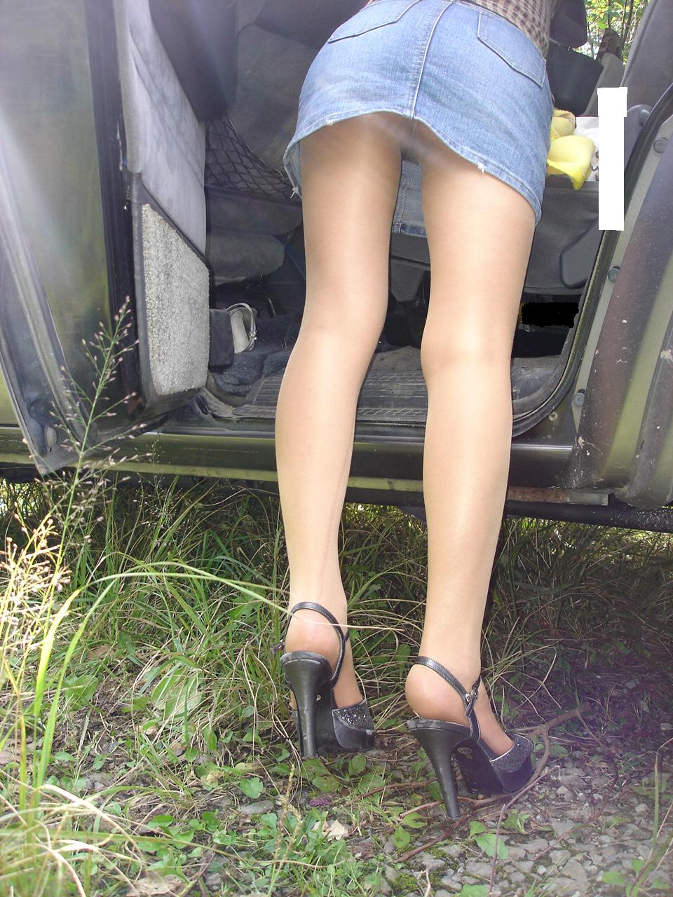 【ミニスカエロ画像】パンツの出番が期待されるデニミニスカートギャルの尻www 01
