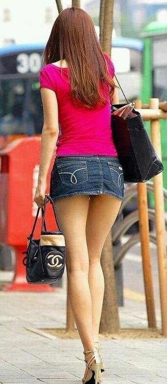 【ミニスカエロ画像】パンツの出番が期待されるデニミニスカートギャルの尻www 05