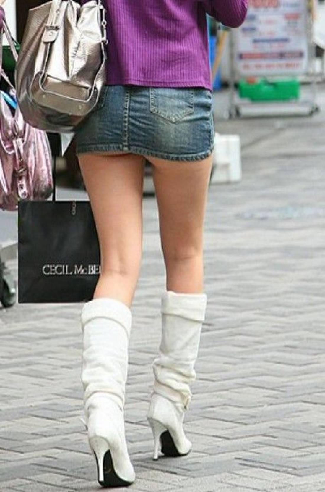 【ミニスカエロ画像】パンツの出番が期待されるデニミニスカートギャルの尻www 06