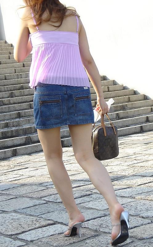 【ミニスカエロ画像】パンツの出番が期待されるデニミニスカートギャルの尻www 12