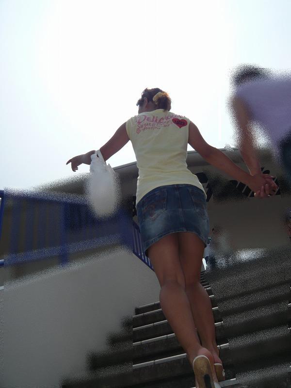【ミニスカエロ画像】パンツの出番が期待されるデニミニスカートギャルの尻www 13