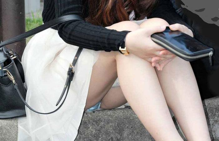 【パンチラエロ画像】膨らみまでいいの!?見え過ぎ注意な座りパンチラ股間www 001