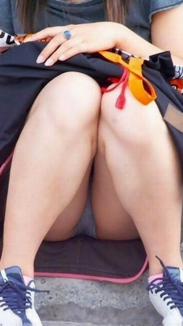 【パンチラエロ画像】膨らみまでいいの!?見え過ぎ注意な座りパンチラ股間www 05