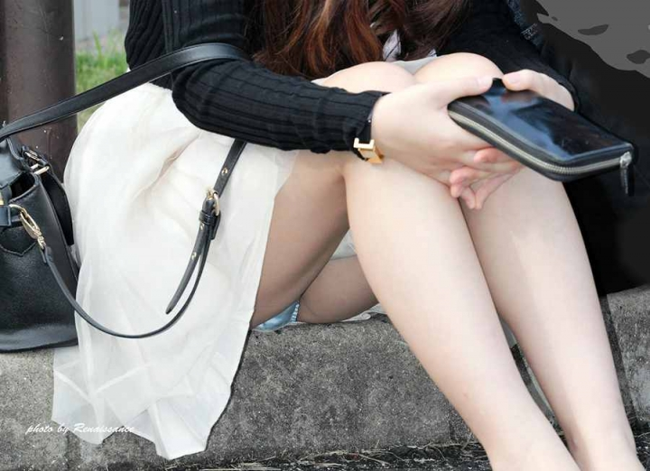 【パンチラエロ画像】膨らみまでいいの!?見え過ぎ注意な座りパンチラ股間www 09