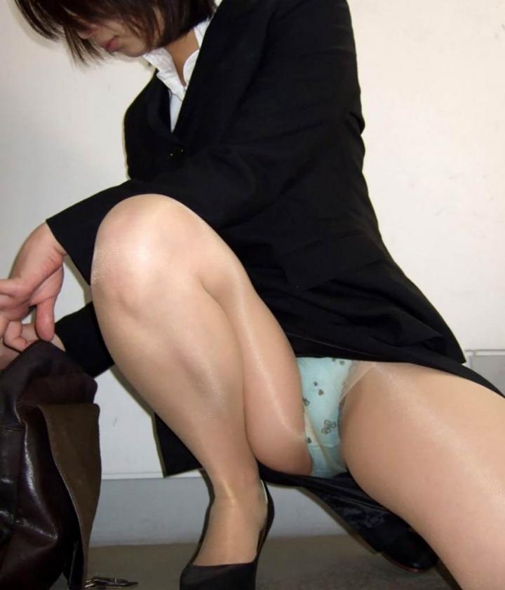 【パンチラエロ画像】膨らみまでいいの!?見え過ぎ注意な座りパンチラ股間www 10