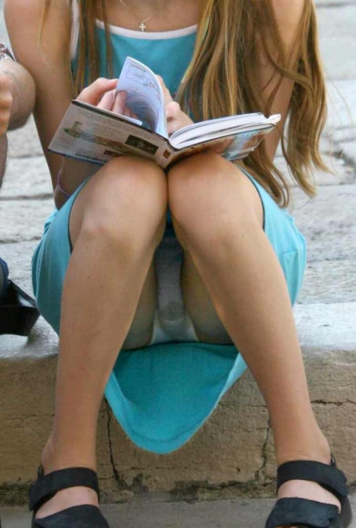 【パンチラエロ画像】膨らみまでいいの!?見え過ぎ注意な座りパンチラ股間www 11