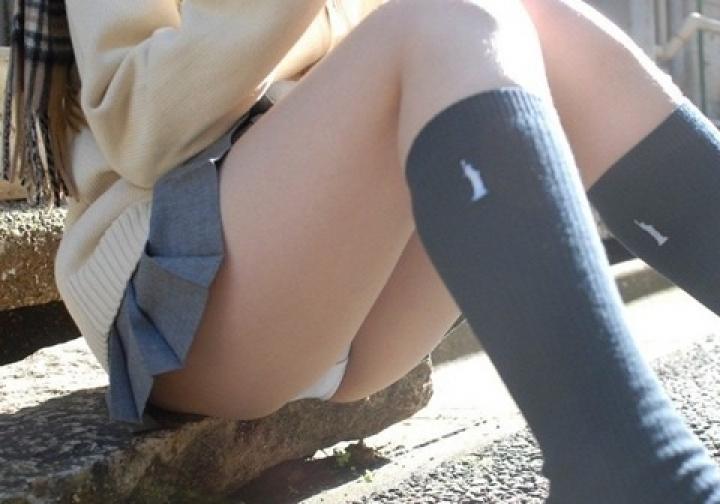 【パンチラエロ画像】膨らみまでいいの!?見え過ぎ注意な座りパンチラ股間www 13