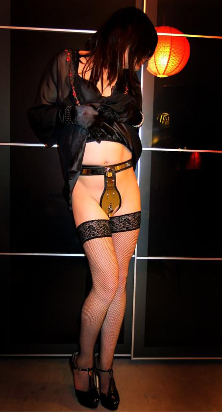 【SMエロ画像】浮気防止の究極の一品w完全ガードの貞操帯はいかが?www 01