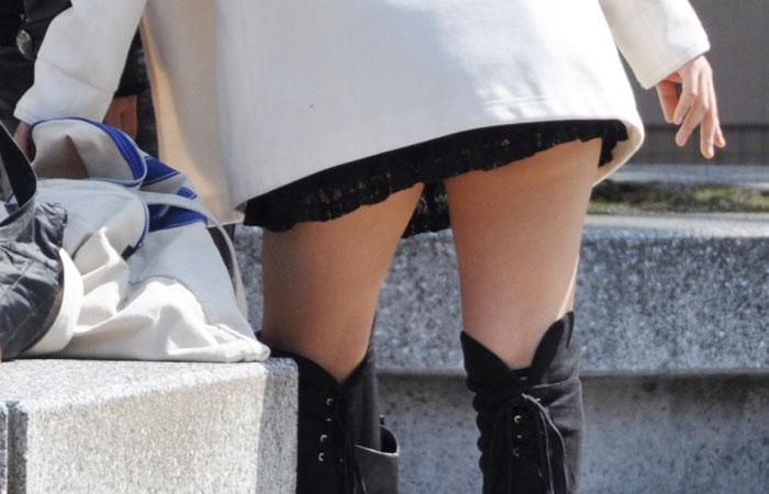 【ミニスカエロ画像】他の通行人のチラの期待を背負って歩くミニスカ美脚様www 001