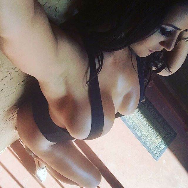 【横乳エロ画像】乳首はマダー?膨らみ際立つ横から見たハミ出し巨乳www 04