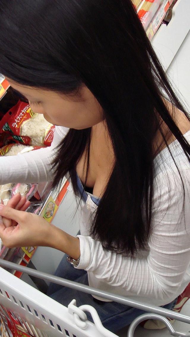【胸チラエロ画像】貧乳ほどブラが浮いて危ういw先っちょ期待の胸元覗きwww 04