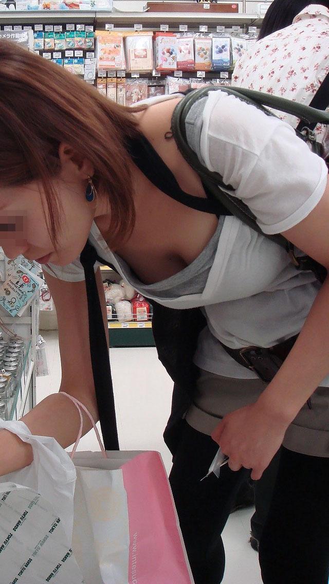 【胸チラエロ画像】貧乳ほどブラが浮いて危ういw先っちょ期待の胸元覗きwww 05