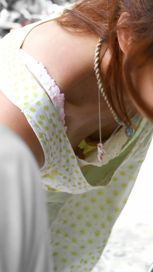 【胸チラエロ画像】貧乳ほどブラが浮いて危ういw先っちょ期待の胸元覗きwww 15