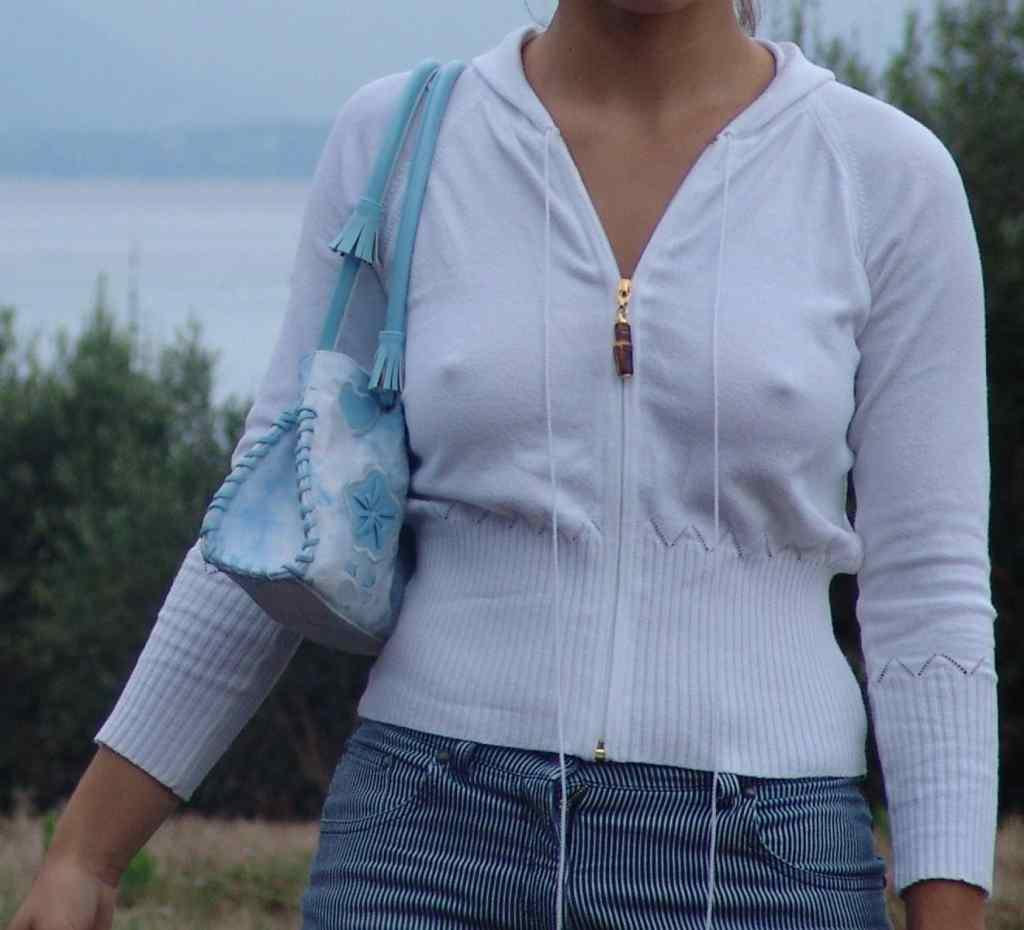 【ノーブラエロ画像】乳首の位置を勝手にナビ中wポッチリ目立つノーブラ淑女www 06