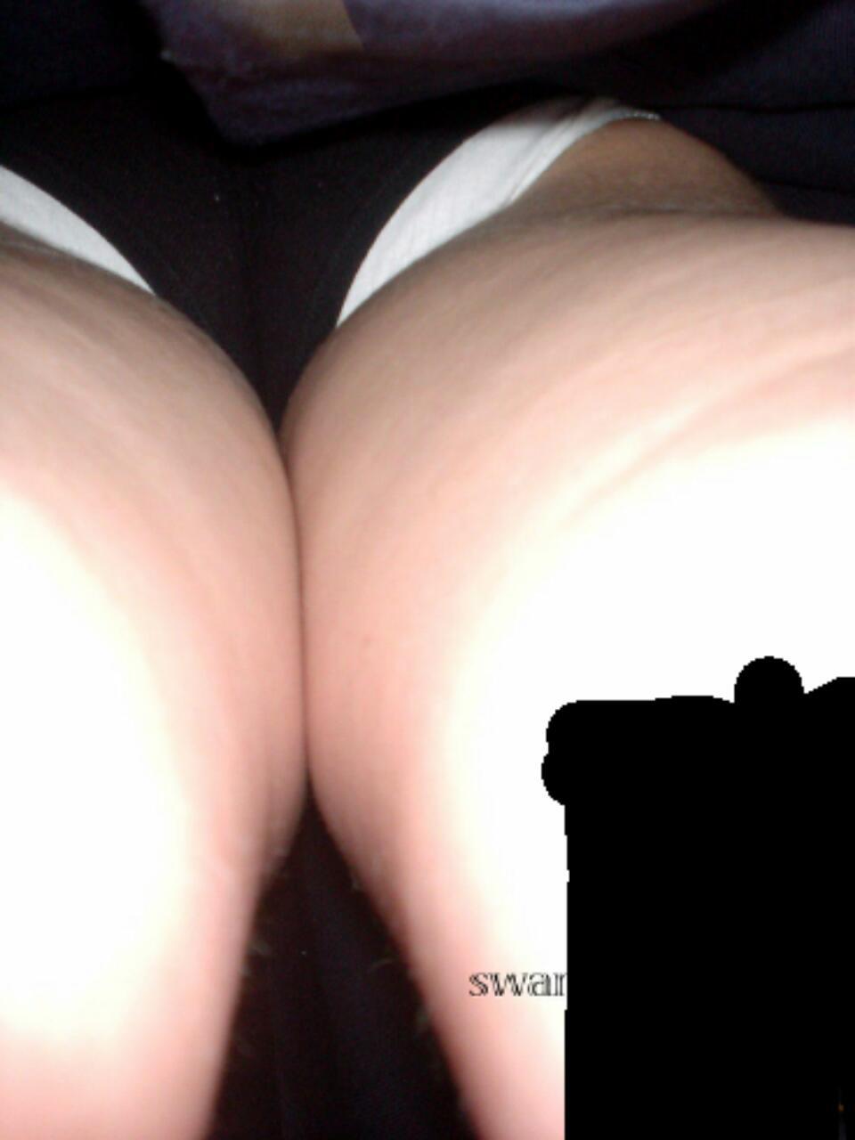 【パンチラエロ画像】こんな風に潜ってみたいwスカート内部に強く迫って逆さ撮りwww 03