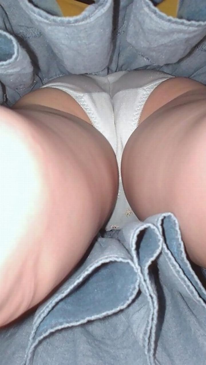 【パンチラエロ画像】こんな風に潜ってみたいwスカート内部に強く迫って逆さ撮りwww 15