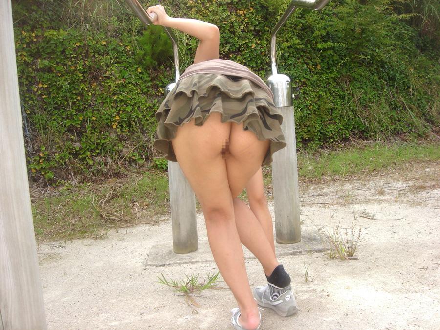 【露出エロ画像】ノーパンなら凄く簡単!外に出て数秒で出来る尻だけ露出www 05