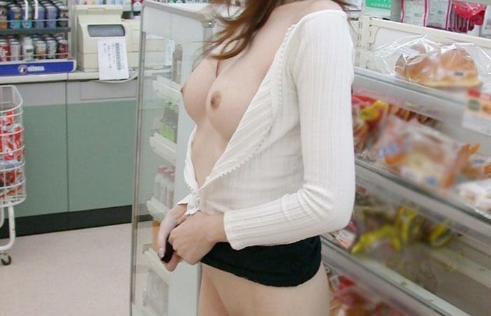 【露出エロ画像】監視カメラに映ると大変wお店の中で大胆露出中www 001