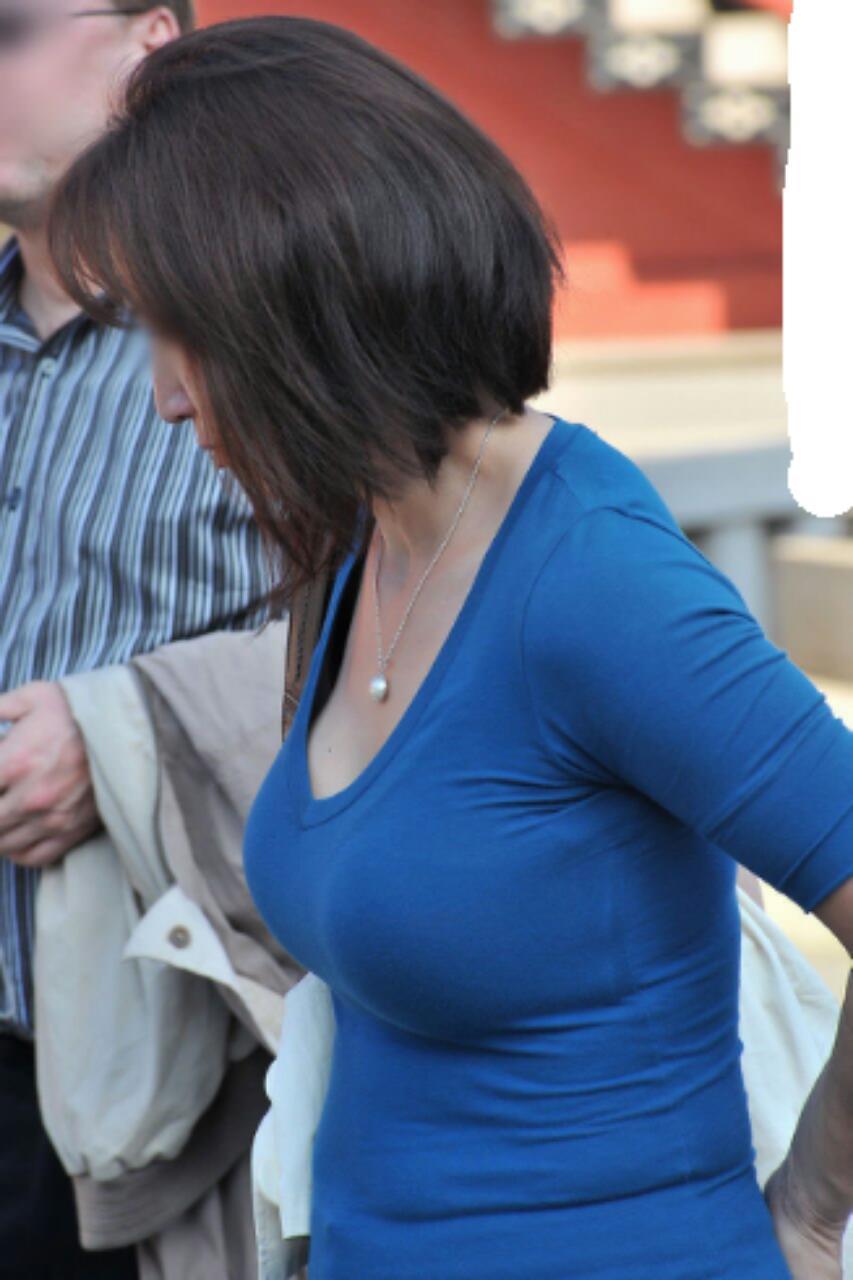【巨乳エロ画像】見ていいから目立たせてんでしょw街の目を引く大きな着胸www 02