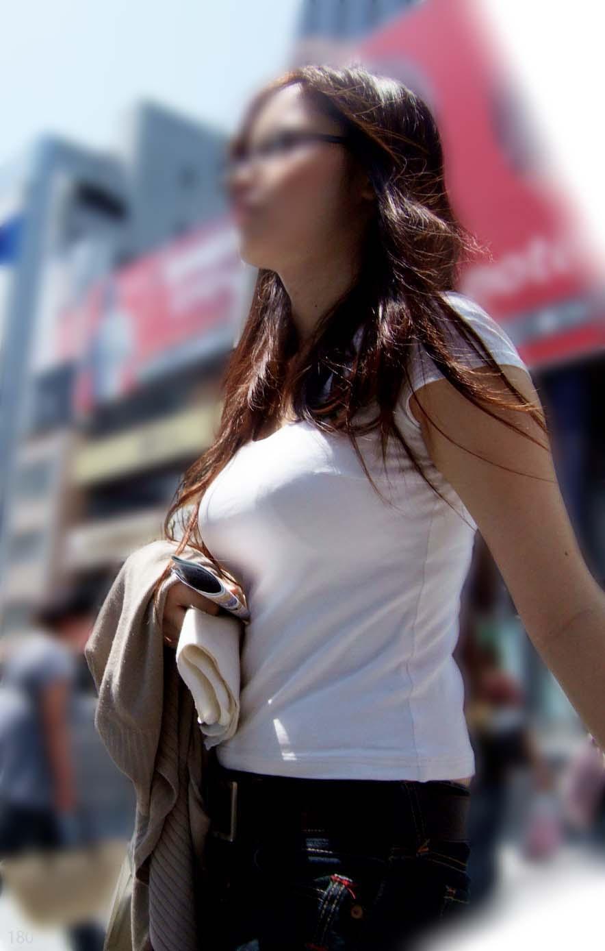 【巨乳エロ画像】見ていいから目立たせてんでしょw街の目を引く大きな着胸www 04