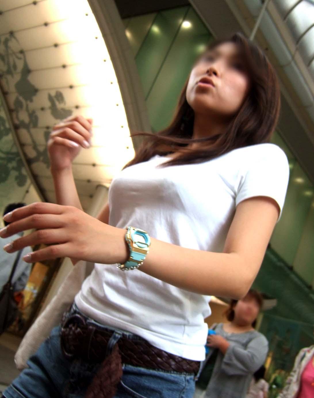 【巨乳エロ画像】見ていいから目立たせてんでしょw街の目を引く大きな着胸www 06