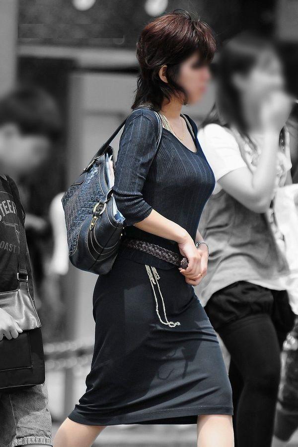 【巨乳エロ画像】見ていいから目立たせてんでしょw街の目を引く大きな着胸www 07