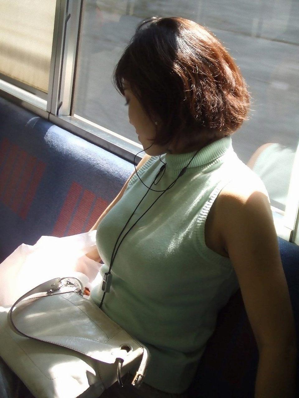 【巨乳エロ画像】見ていいから目立たせてんでしょw街の目を引く大きな着胸www 10