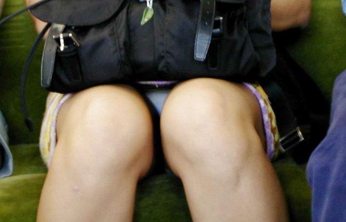 【パンチラエロ画像】見つけたら居眠りなど後回しでw電車内の対面パンチラwww 001