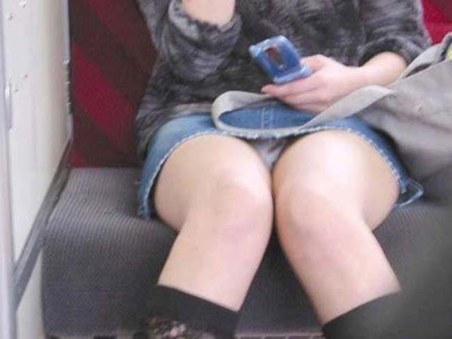 【パンチラエロ画像】見つけたら居眠りなど後回しでw電車内の対面パンチラwww 03