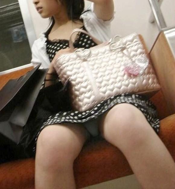 【パンチラエロ画像】見つけたら居眠りなど後回しでw電車内の対面パンチラwww 04