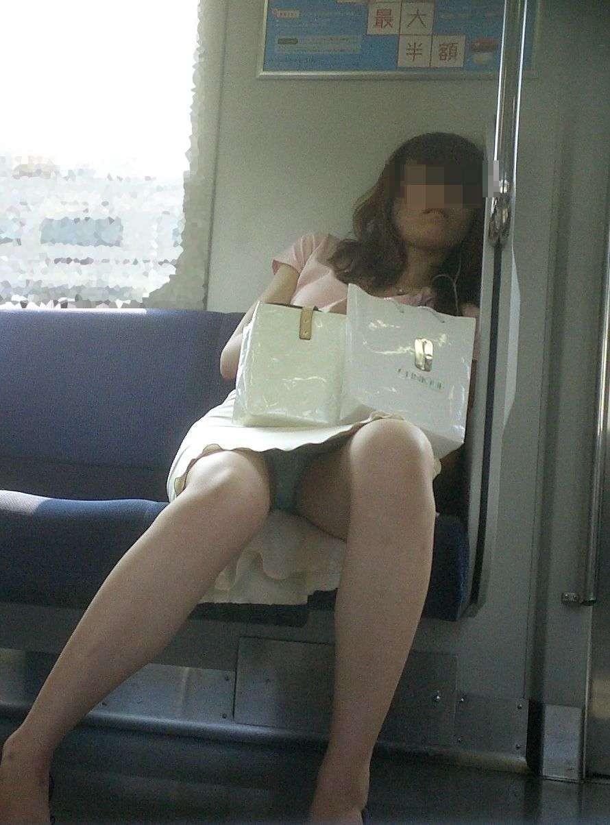 【パンチラエロ画像】見つけたら居眠りなど後回しでw電車内の対面パンチラwww 11