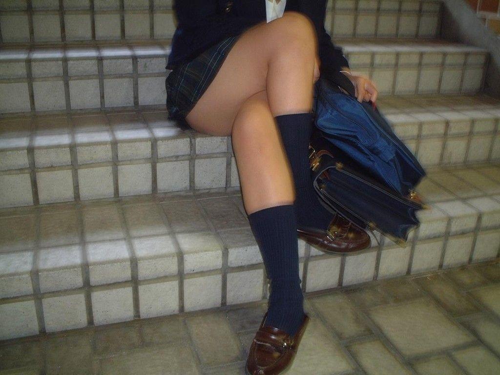 【制服エロ画像】座るとたまらない!横から尻チラ不可避な座る制服JKたちwww 06
