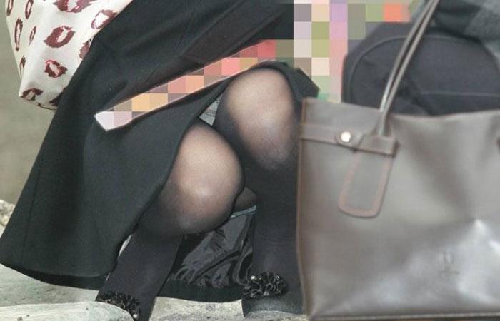 【ママチラエロ画像】子供が側にいなくても丸見えな街角ママさんのパンツwww 001
