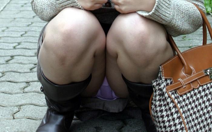 【パンチラエロ画像】腰下ろすなら膝立て大歓迎!丸見え座りパンチラwww 06