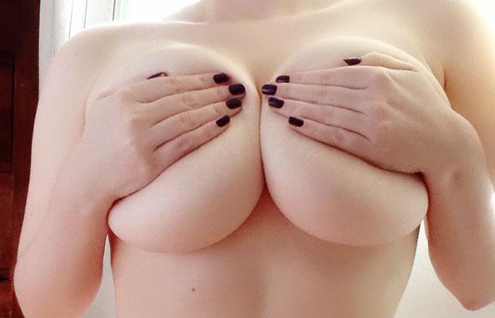 【自撮りエロ画像】次は外した1枚をお願い…出し惜しみ女神の手ブラ巨乳www 001