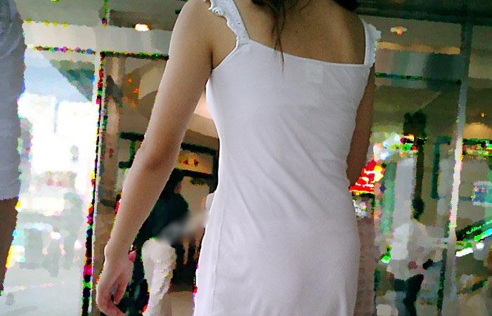 【街撮りエロ画像】1枚脱がせば下着だけなんて…考えたら凄い服なワンピースwww 001