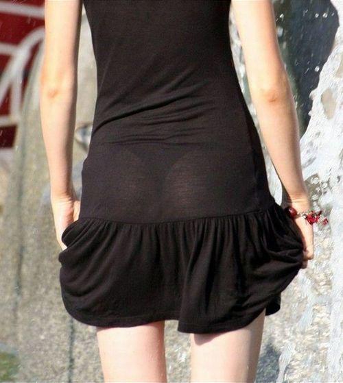【透け下着エロ画像】覗かなくても勝負あり!既に下着が透けてる親切な着尻www 02