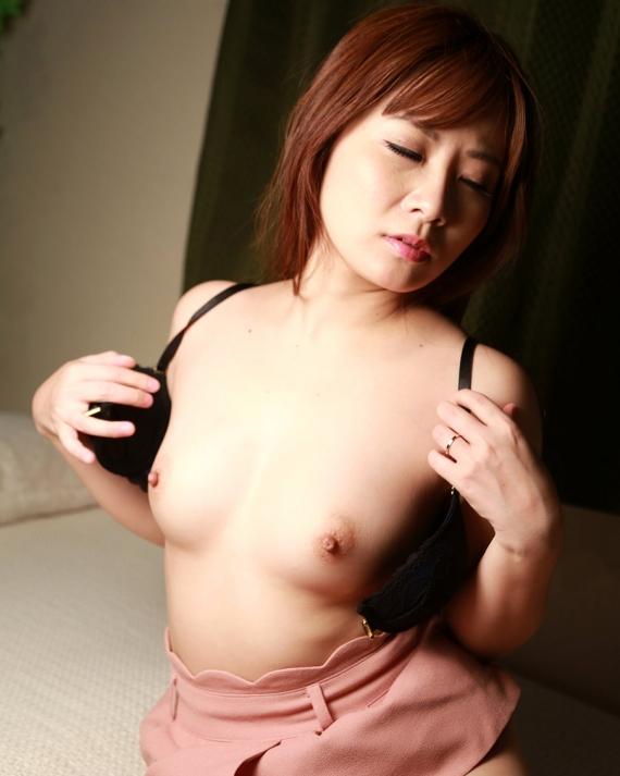 【脱衣エロ画像】巨乳にはレア?即乳首と対面可能なフロントホックブラとおっぱいwww 13