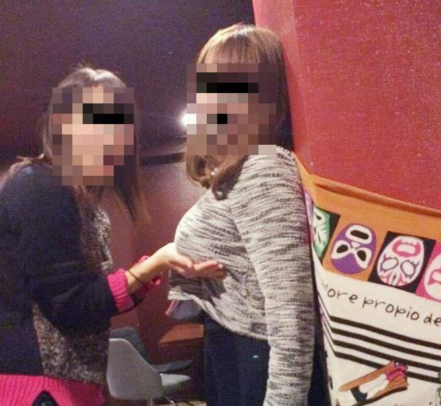 【悪ノリエロ画像】人の乳が気になる女子たちが友達相手にセクハラ三昧www 06