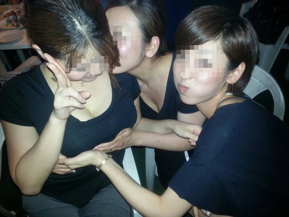 【悪ノリエロ画像】人の乳が気になる女子たちが友達相手にセクハラ三昧www 07