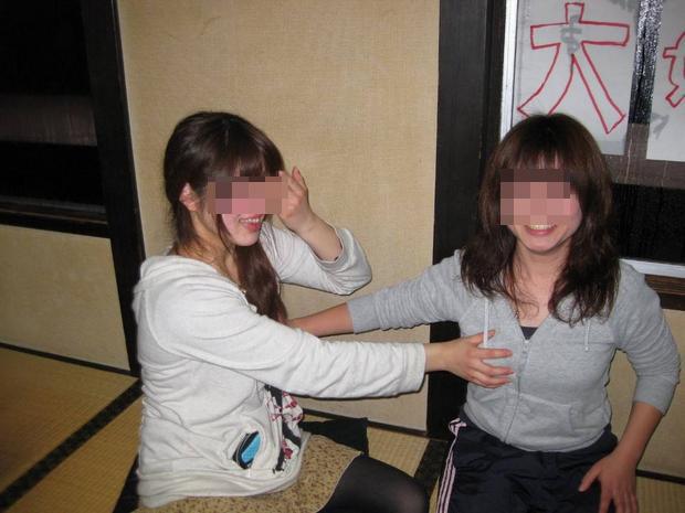 【悪ノリエロ画像】人の乳が気になる女子たちが友達相手にセクハラ三昧www 08