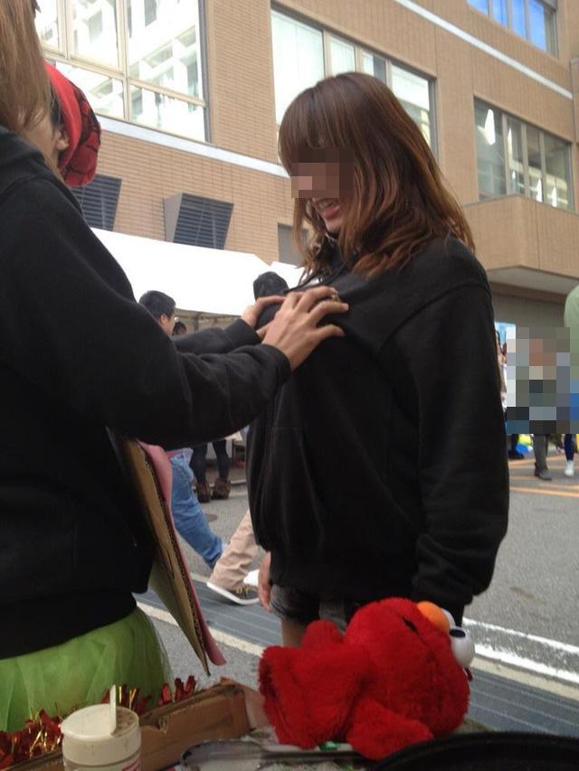 【悪ノリエロ画像】人の乳が気になる女子たちが友達相手にセクハラ三昧www 09
